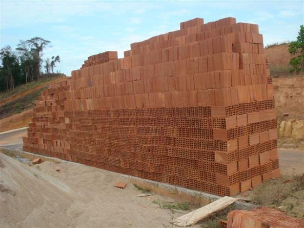 Parte do caminhão de tijolos
