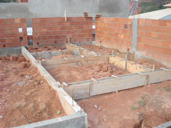 Base da casa e muro