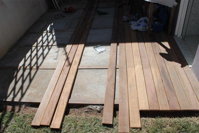 deck em jardim pequeno:Outra dúvida foi como fizemos pra deixar as madeiras todas juntinhas