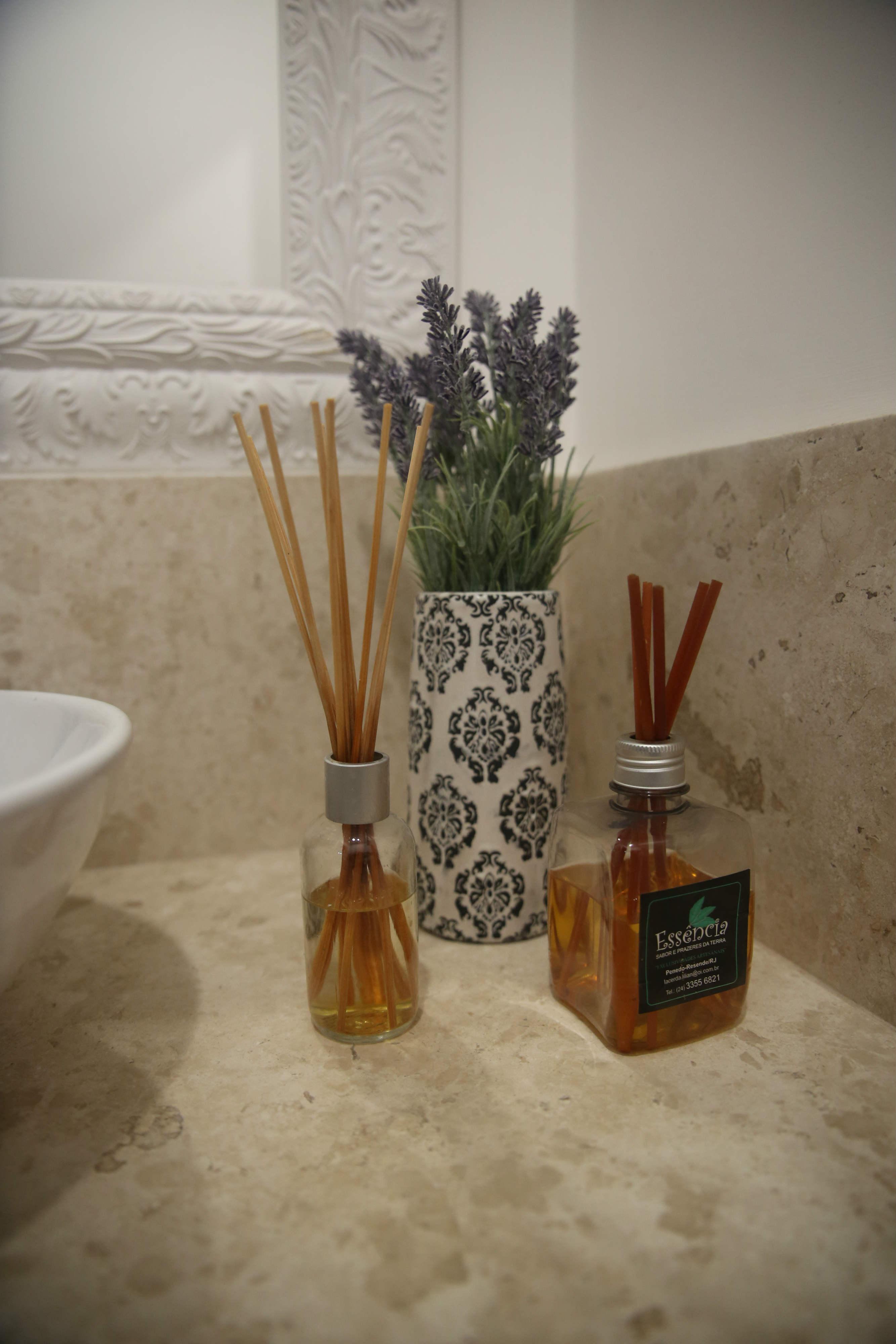 Faça Você Mesmo: Aromatizador de Ambiente Caseiro #63482A 2667x4000 Banheiro Com Cheiro De Esgoto O Que Fazer